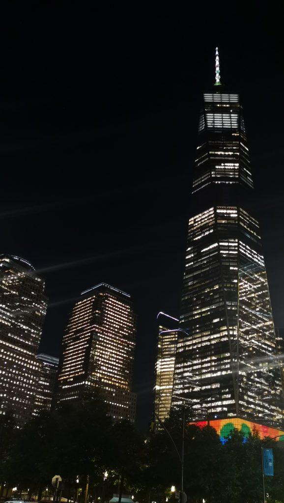 One World de noche